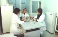 Ихтиопатологическое исследование рыбы. Слева направо: В.А. Сиволоцкая, Т.В. Заяц, Т.А. Говор